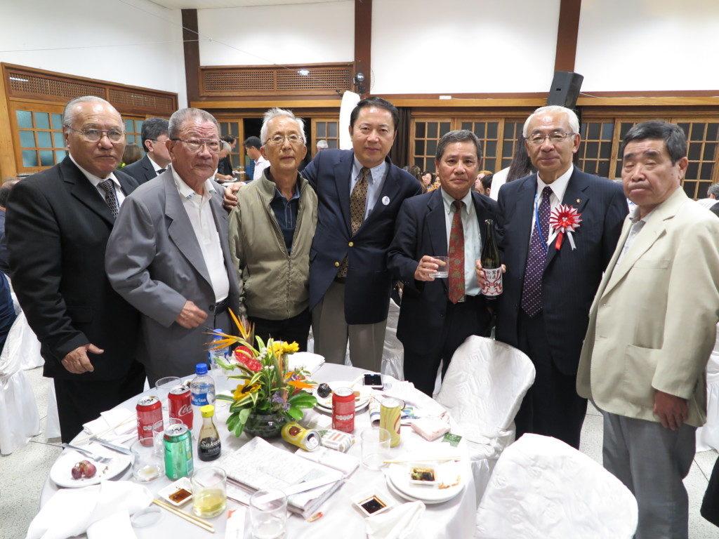 岐阜県人会一行(中央が長屋会長)と青山市長(右から2人目)、左が山村連合会会長