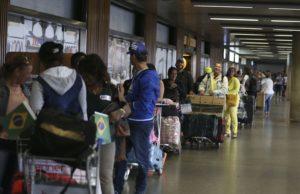 ブラジリアの空港で列をなすキューバ人医師達(Valter Campanato/Agência Brasil)