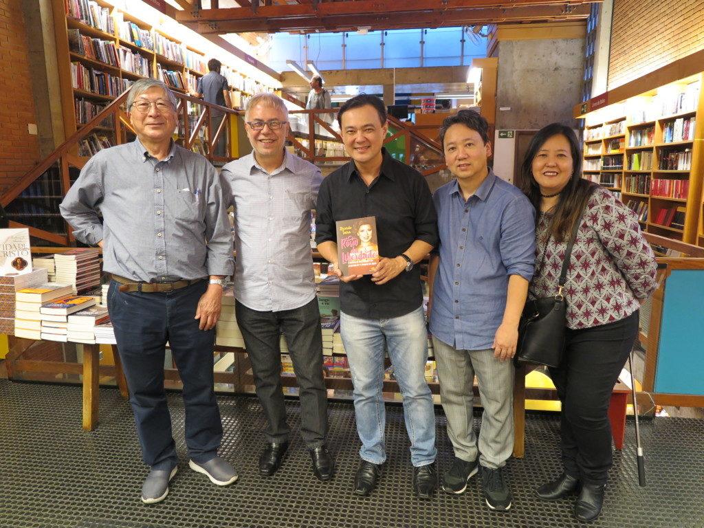 平リカルドさんの『Rosa da Liberdade』刊行記念会で(左から武本さん、平さん、平田さんら)