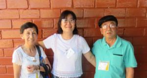 (右から)日野さん、エジーナさん、妻・芳江さん(提供写真)