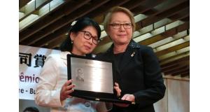 代理受賞した伊藤さんの妻