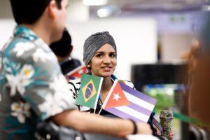 ブラジリアの空港から帰国の途につくキューバ人医師達(Karina Zambrana)