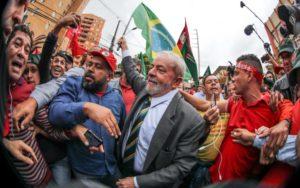 支持者に囲まれるルーラ被告(写真は昨年5月のもの、Ricardo Stuckert)