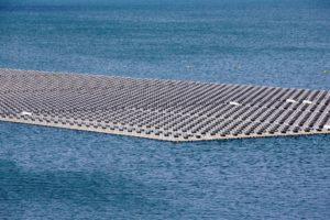 ソブラジーニョ発電所の貯水ダムに浮かぶ太陽光発電用シート(Saulo Cruz)