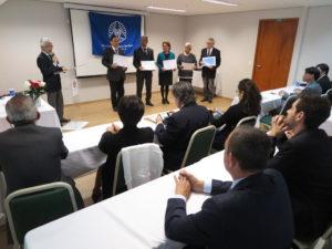 倫理法人会憲章を受け取った新規会員ら(前列左端の矢野敬崇さんのみ旧来会員)