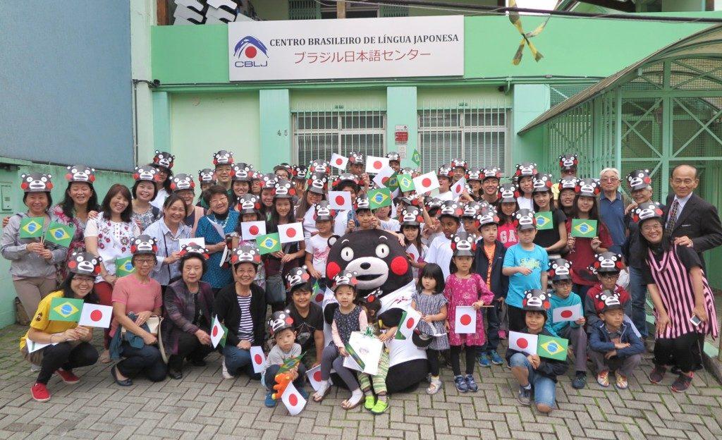 日本語センターでも集まった子供たちと記念撮影。くまモンのひざの上には子供たちが競って乗っかった