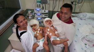 両親に抱かれたマリア・イザベレちゃんとマリア・イザドーラちゃん(Divulgação/HC-RP)