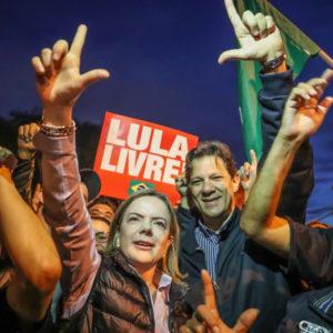 ハダジ氏(右)とグレイシ・ホフマンPT党首は、ルーラ容疑者を見舞ったあと、抗議集会に参加(18年6月29日、Ricardo Stuckert)