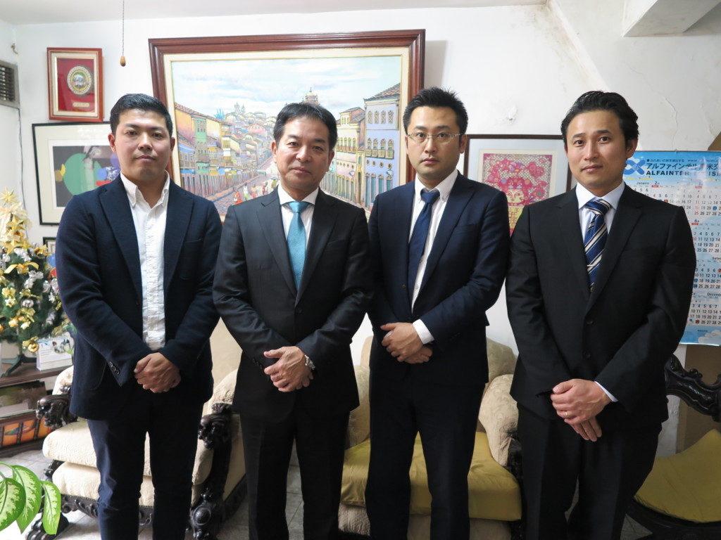 来社したみなさん(左から長谷川取締役、田所社長ら)