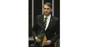 6日に連邦議会で行なわれた憲法制定30周年記念の慶祝議会に、憲法を手に参加したボウソナロ次期大統領(José Cruz/Agencia Brasil)
