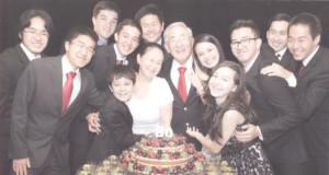 たくさんの孫らに囲まれて移住80年を祝う様子(伝記133P)