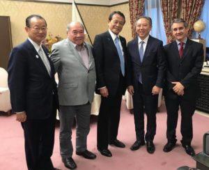 麻生副総理らと会談した飯星下議(提供写真)