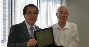 感謝プレートを贈呈された中田氏(右)