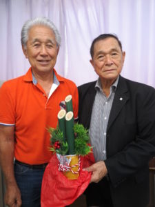(左から)来社した秋村さん、池崎会長