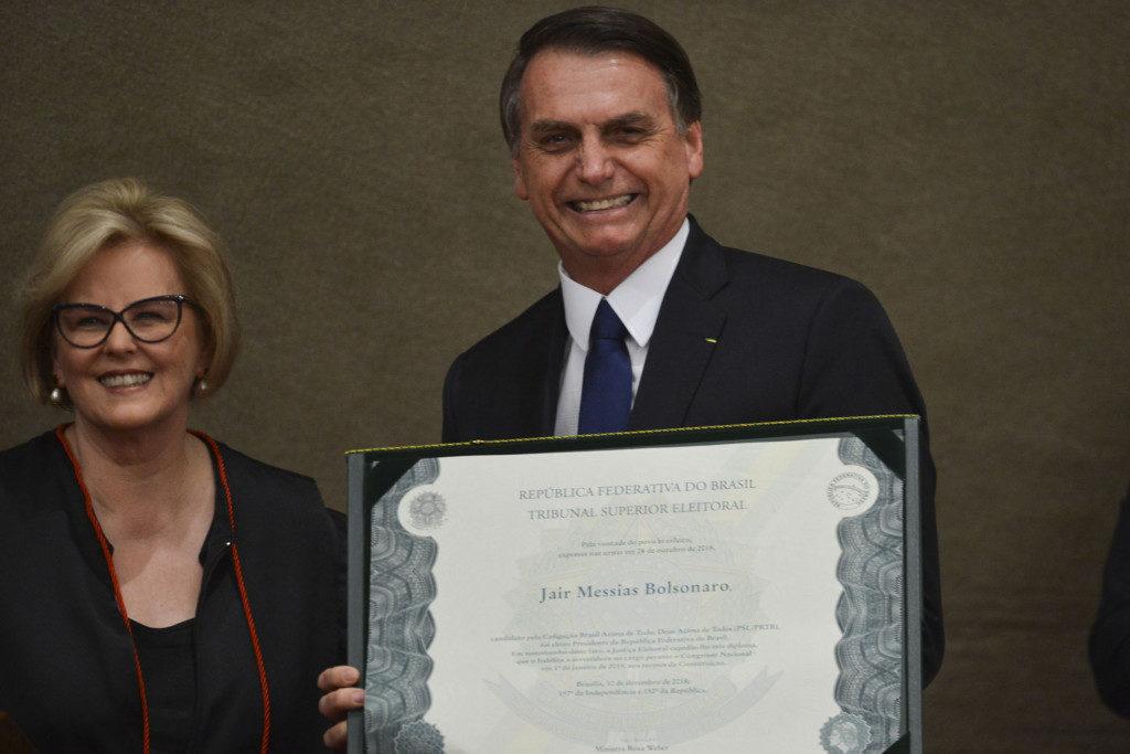 ローザ・ウェベルTSE長官とジャイール・ボルソナロ氏(右)(Valter Campanato/Ag. Brasil)