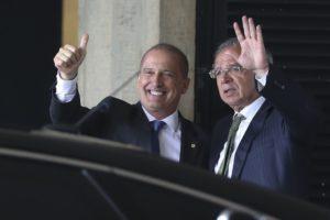 オニキス・ロレンゾーニ次期官房長官(左)と、パウロ・ゲデス次期経済相(Valter Campanato/Agencia Brasil)