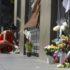 事件の翌日、現場に花を手向ける人(Rovena Rosa)