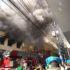 年末の買い物客で賑わう、3月25日通りでの火災で、現場は一時騒然となった(Claudia Sena Trivella)