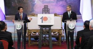 外交関係樹立100周年記念ロゴを発表する両首脳(首相官邸HP)