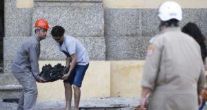 焼け跡から見つかった所蔵品を運び出す職員(Tomas Silva/Agencia Brasil)