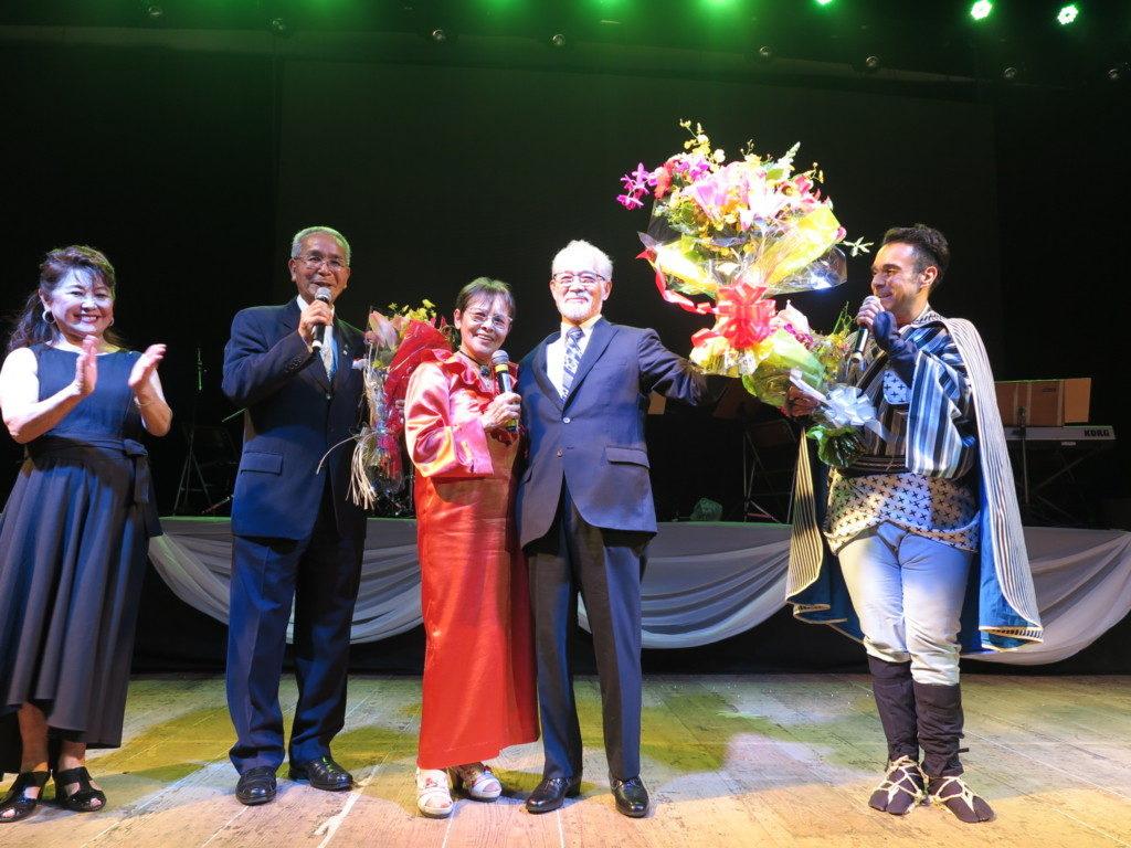 エドアルドの歌の育ての親、北川朗久さんに花束が渡された