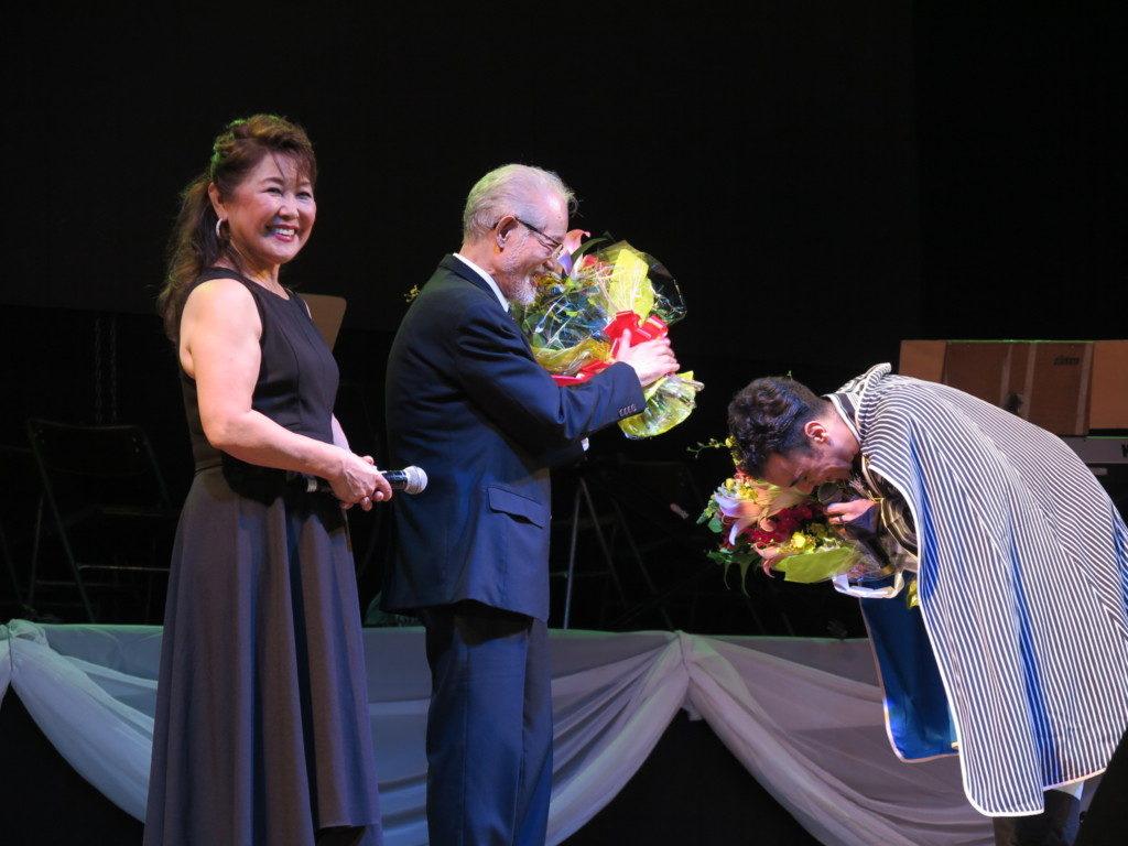 歌はもちろん日本文化、日本語、作法まで教えた北川彰久さんに頭を下げるエドアルド(ブラジル紅白、2日、文協で)