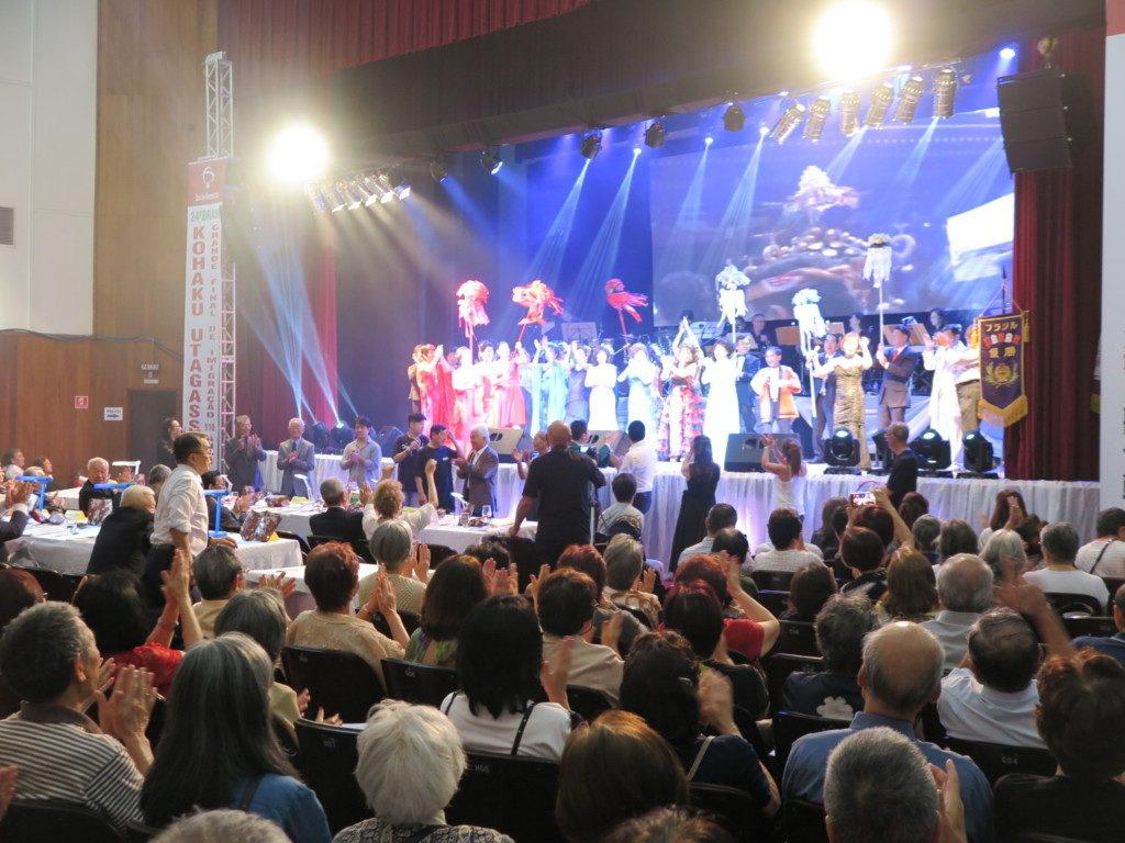 白組最後の「祭り」では歌手全員が登場して賑やかに大団円を飾った