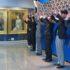 お二人の肖像画の前でバンザイ三唱する日系団体代表者ら