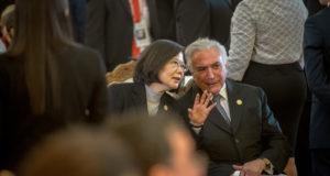 8月16日、パラグァイ新大統領の就任式に出席して話をするテメル大統領と台湾の蔡英文中華民国総統(Foto Taiwan Presidential Office)
