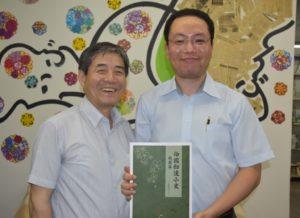 来社した蛯原前会長、小林氏(左から)
