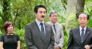 先亡者慰霊碑に献花した佐藤外務副大臣