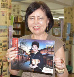 カレンダーを持つ瀬名波さん