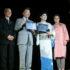 昨年の慈善ショーで、感謝状を授与された大倉会長(左から2人目、現在、業務禁止命令中)
