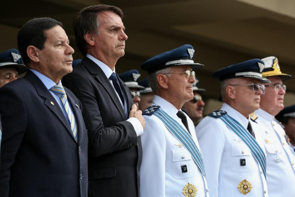 空軍総司令官交代式典に参列したボウソナロ大統領(左から2番目・Marcos Correa/PR)
