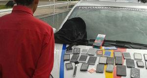 携帯電話を盗んで逮捕された、15歳の少年(Policia Militar)