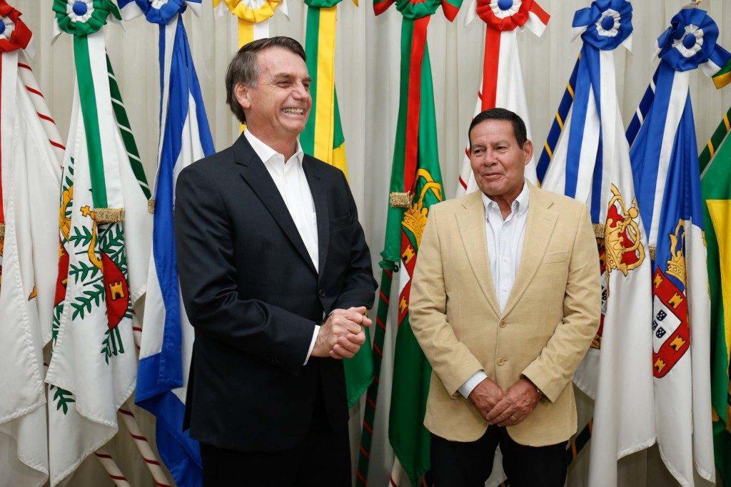 ダヴォス出立前のボルソナロ大統領(左)と大統領職を代行するモウロン副大統領(Alan Santos/PR)