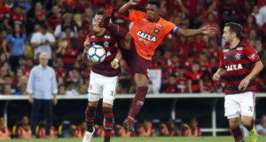 フラメンゴとアトレチコ・パラナエンセ、どちらの胸にもCAIXAの文字が(Flamengo)