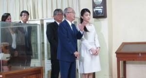 角田修司さんに説明を受けながらトメアスー資料館をみて回る眞子さま