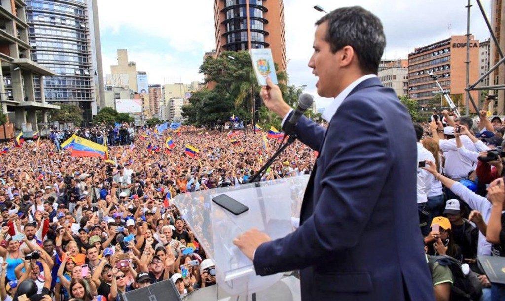 23日、群集を前に演説を行うグアイド氏(AsambleaVE)