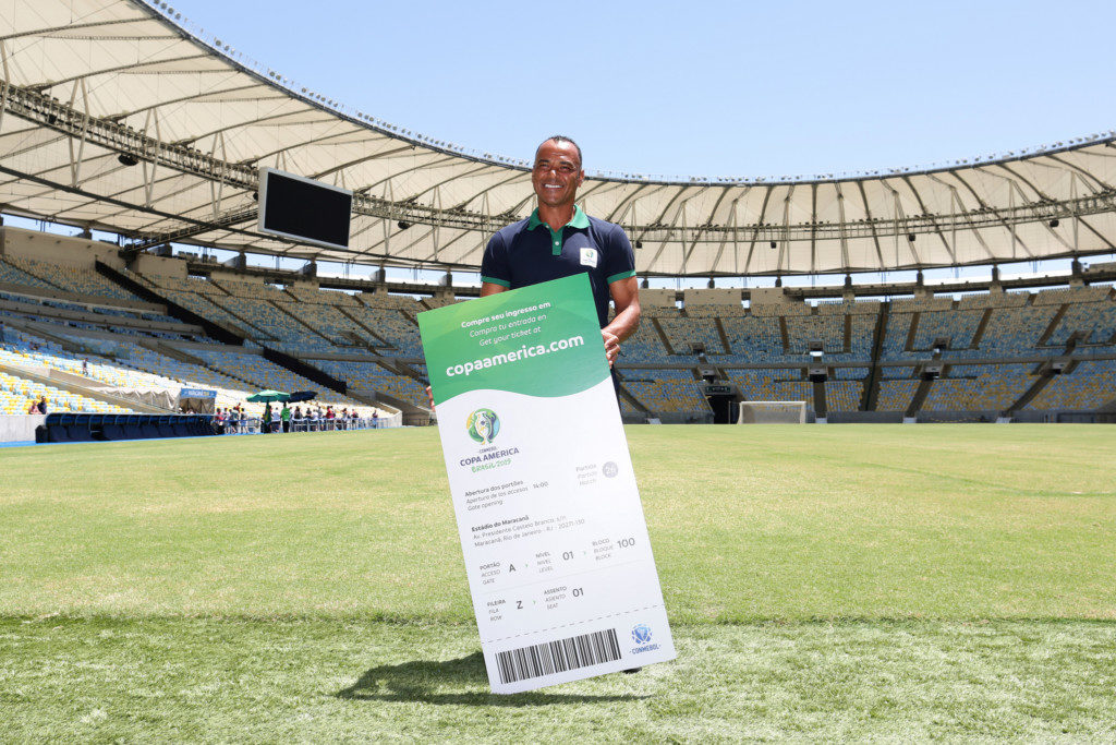 決勝戦のチケットの見本を持って微笑む元ブラジル代表キャプテンのカフー(Lucas Figueiredo/CBF)
