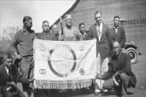 1929年に日本人一行がビアキャンプ家を訪れ、初代ビアキャンプ氏の六男ルイス氏と2人の息子とともに撮られた写真