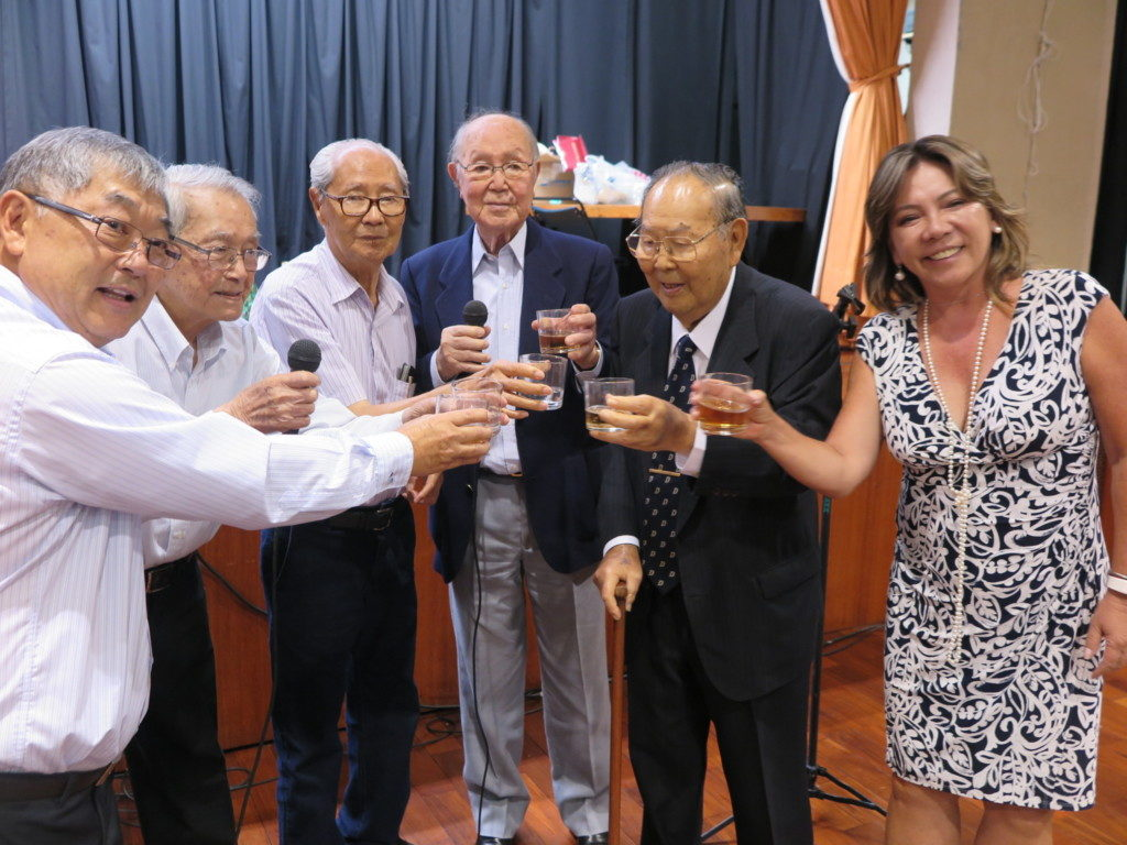 左から2人目が〝大いのしし〟中村さん、次が梅崎さん、高野さん、会長の近沢さん