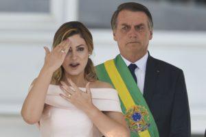 ボウソナロ新大統領の前に、手話で演説したミッシェレ夫人(Foto Marcelo Camargo/Agência Brasil)