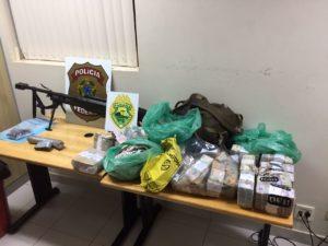 パラナ州のパラグアイ国境の街で押収された銃や弾薬(Ag. Brasil)