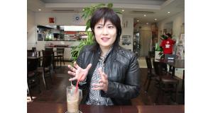 クリチバの日系農場のコーヒー豆も楽しめるカフェテリア。充実した1年を振り返る大城さん(岐阜県羽島市のカフェテリア・バネサで、1月17日)