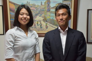 来社した飛瀬さん、粟島さん(左から)