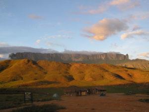 神秘的な台地ロライマ山(From Wikimedia Commons)