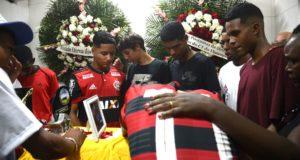 棺の前で泣き崩れる犠牲者の同僚たち(TANIA REGO/AGENCIA BRASIL)