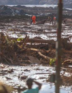 鉱滓に埋まっていた牛の救出作業とそれを見守る人々(1月28日、Ricardo Stuckert)