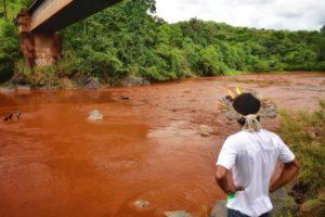 汚泥で汚染された川を前に立ち尽くす先住民たち(Lucas Hallel Ascom/Funai)